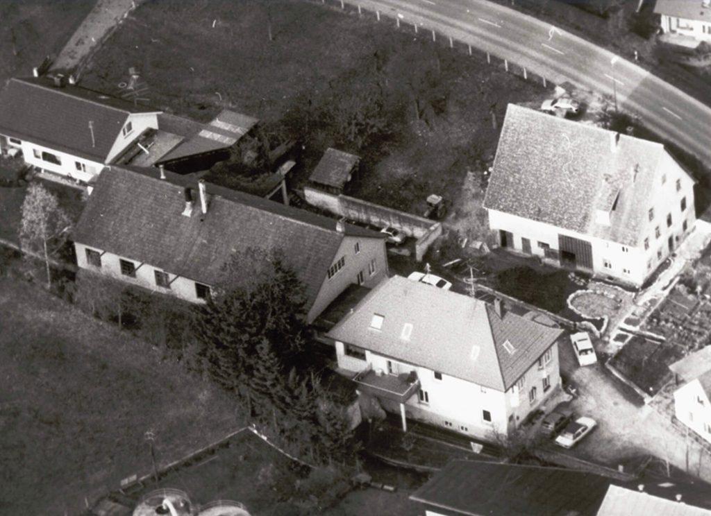 Luftaufnahme des Gründungsstandortes in Schmiechen - Die Fertigungshalle steht im Anschluss an ein Wohnhaus auf einem größeren Anwesen