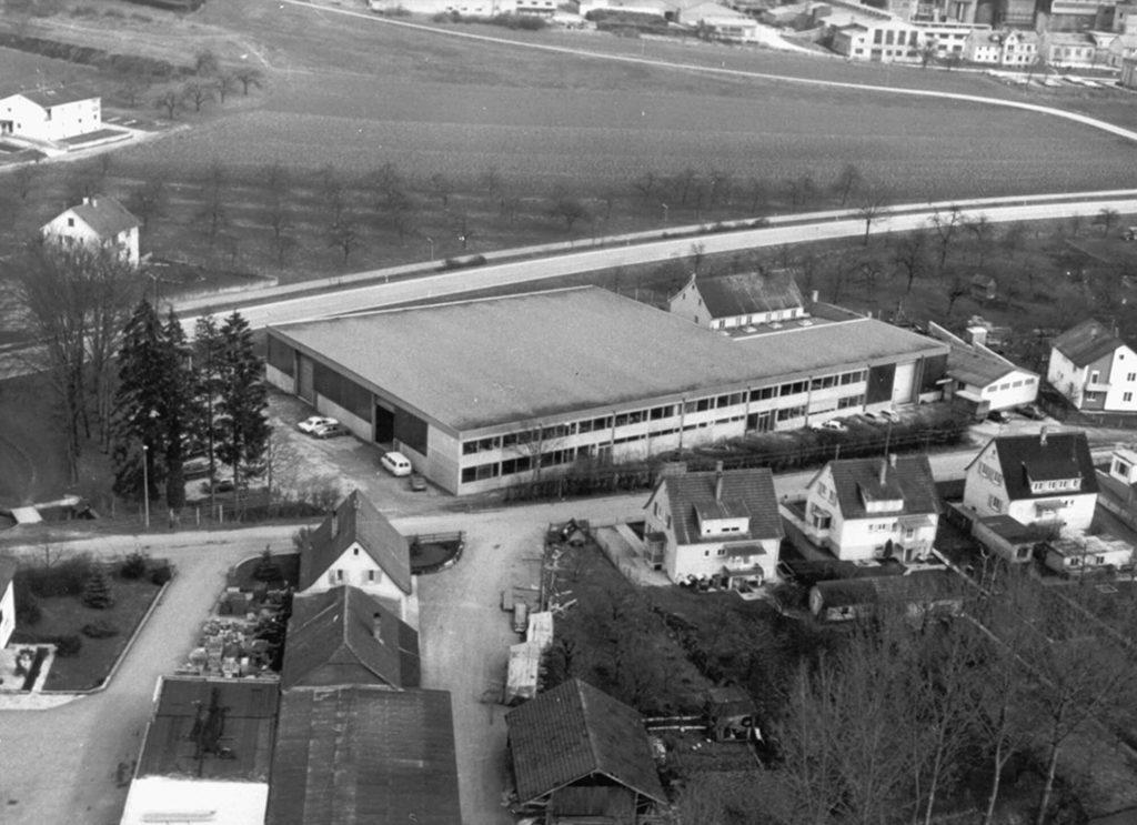 Luftaufnahme der Fertigungshalle, die zwischenzeitlich in Allmendingen erbaut und erweitert wurde.