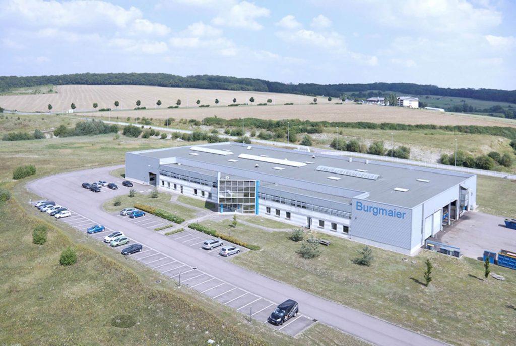 Luftaufnahme des Fertigungsgebäudes in Frankreich. Hierbei handelt es sich um einen reinen Produktionsstandort
