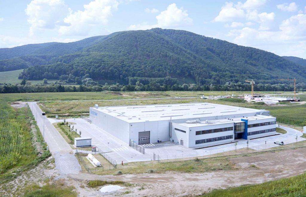 Luftaufnahme des Standortes Banska Bystrica in der Slowakei. Hierbei handelt es sich um eine reine Produktionshalle.